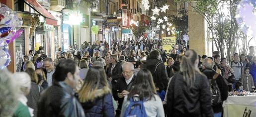 Las mismas calles de Palma que se saturan de turistas en verano, se llenan de residentes en fechas previas a Navidad.