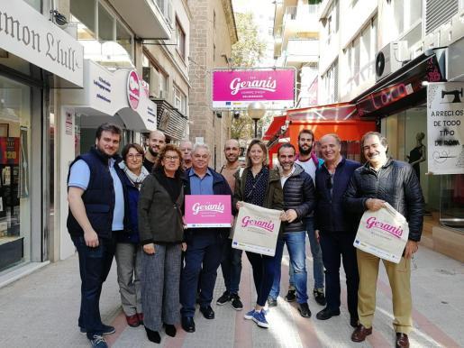 Comerciantes de Los Geranios con los nuevos carteles.