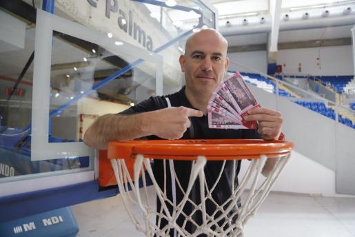El técnico del B the travel brand Mallorca Palma, Félix Alonso, posa en una canasata en Son Moix.