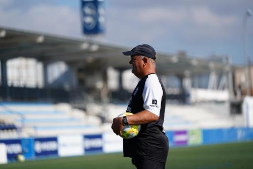 El técnico del Atlético Baleares, Manix Mandiola, observa un entrenamiento de su equipo en Son Malferit.