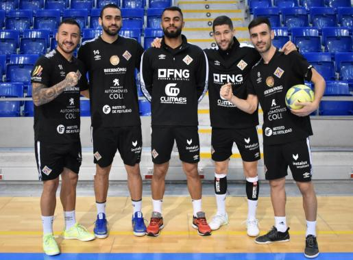 Los jugadores del Palma Futsal Ximbinha, Tomaz, Diego Nunes, Raúl Campos y Eloy Rojas posan sobre el parquet de Son Moix.