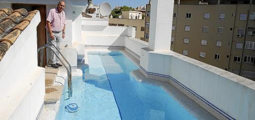 Imagen de archivo de una piscina construida en un ático, en un edificio de Palma.