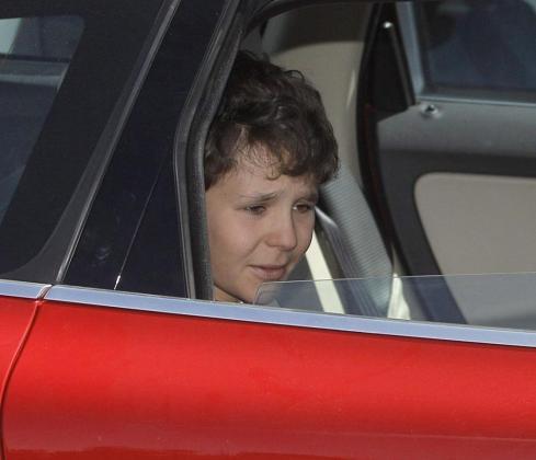 -El hijo de la infanta Elena, Felipe Juan Froilán, abandona el hospital Quirón de Madrid acompañado de su madre, donde ha permanecido ingresado durante una semana.
