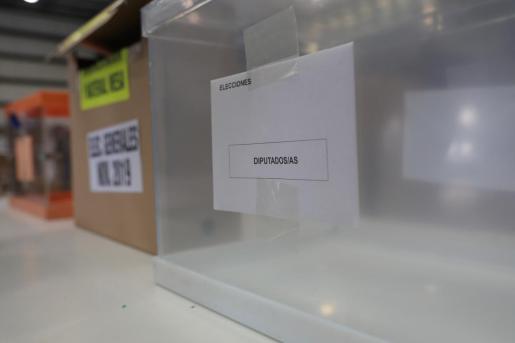 Urna de los diputados/as, en el centro logístico de las póximas elecciones generales del 10N en Alcalá de Henares (Madrid).