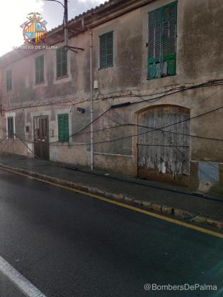 El camión ha arrancado 30 metros de cable que estaban instalados en dos fachadas.