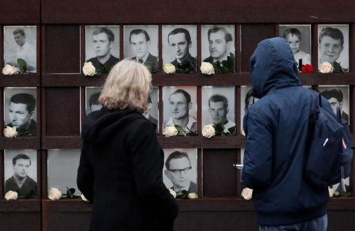 Visitantes observan el memorial del muro de Berlín.