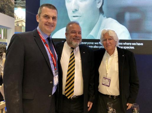 Steve Heapy, Manuel Marrero y Miguel Fluxá, en el estand de Iberostar en la Worl Travel Market.