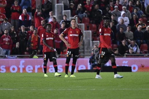 Lumor Agbenyenu, Antonio Raíllo e Iddrisu Baba, futbolistas del Real Mallorca, después de encajar un gol durante el último partido en Son Moix.