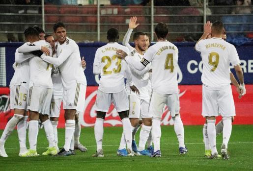 Los jugadores del Real Madrid felicitan a Fede Valverde, autor del cuarto gol del Real Madrid.