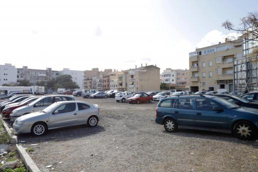Desde hace años el solar se destina al aparcamiento de vehículos.