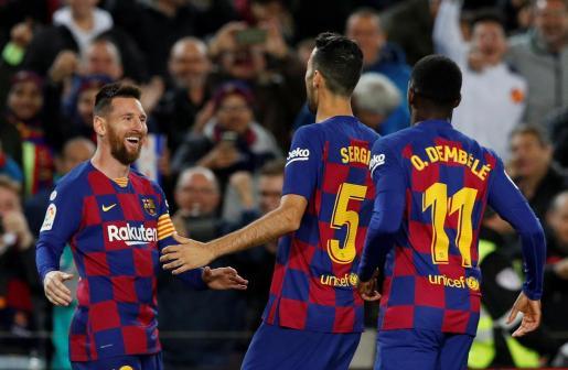 Leo Messi celebra con sus compañeros el tercer gol ante el Celta.