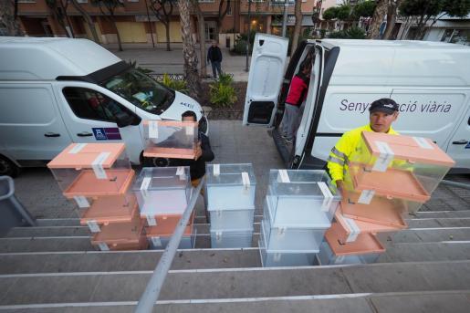 Varios operarios del Ayuntamiento de Ibiza empezaron ayer a primera hora de la mañana a repartir y colocar en los diferentes colegios electorales del municipio.