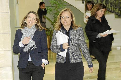 Las diputadas Prohens y Cabrer (PP), antes de una comparecencia ante los medios.