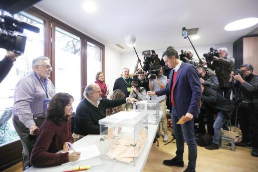 El candidato del PSOE, Pedro Sánchez, vota en Madrid en esta jornada electoral del 10N.
