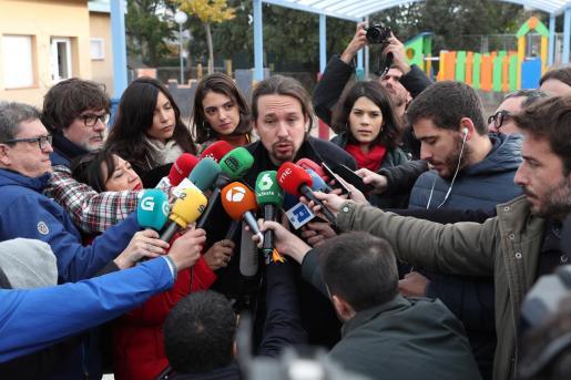 El líder de Unidas Podemos, Pablo Iglesias, contesta a las preguntas de los periodistas tras depositar su voto en la localidad madrileña de Galapagar.