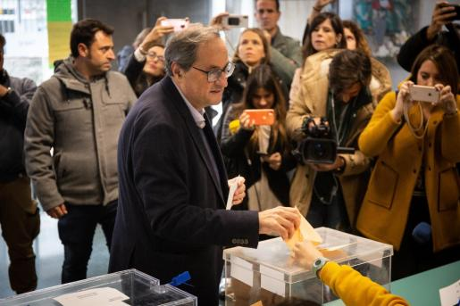 El presidente de la Generalitat de Cataluña, Quim Torra, vota en la Escuela Oficial de Idiomas del distrito de Sant Gervasi en Barcelona.