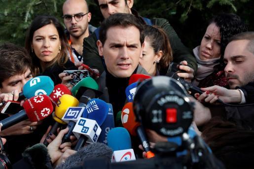 El candidato de Ciudadanos a la Presidencia del Gobierno, Albert Rivera,contesta a las preguntas de los periodistas tras votar en el Colegio Volturno de Pozuelo de Alarcón.