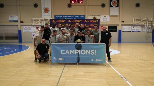 La plantilla del Opentach Pla, con su trofeo de campeones.