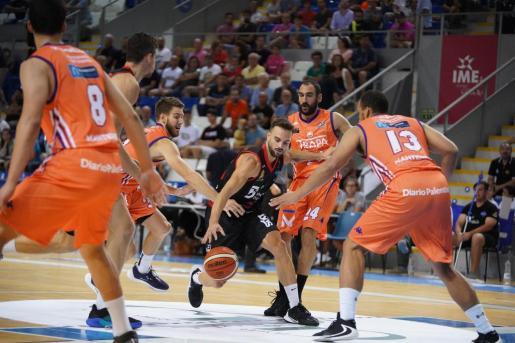 Pablo Bertone intenta superar la defensa de varios jugadores del Palencia.
