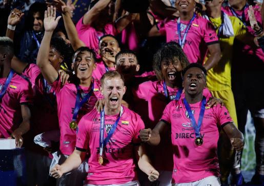 Dani Nieto, en primer plano, celebra junto a sus compañeros del Independiente del Valle su victoria en la Copa Sudamericana, este fin de semana, en el estadio General Pablo Rojas de Asunción.