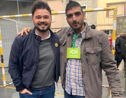Imagen de Rufián con un representante de Vox en el colegio electoral.