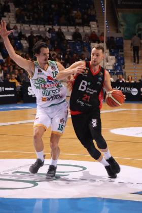 Un momento del partido entre el B the travel Brand Mallorca Palma y el Levitec Huesca disputado este domingo en Son Moix.