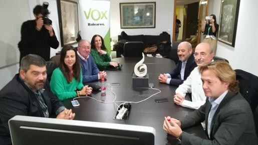 La cúpula de Vox, preparada para seguir el escrutinio de la jornada electoral.