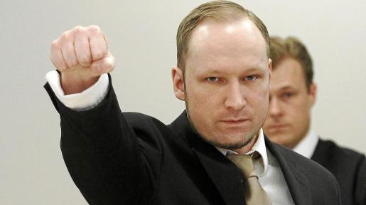 Behring Breivik volvió a saludar con el puño en alto en la segunda jornada del juicio que se celebra contra él en Oslo