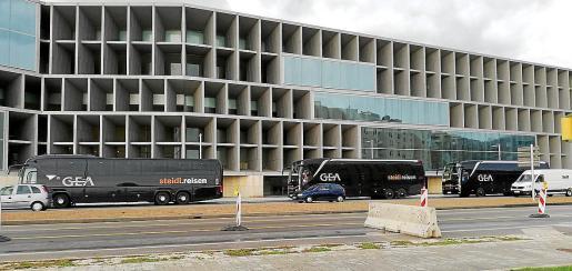 Autobuses contratados por la multinacional GEA, que acaba de celebrar un evento en el Palacio de Congresos.