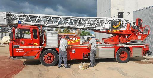 Imagen de algunos de los alumnos realizando trabajos de mantenimiento en un camión de bomberos.