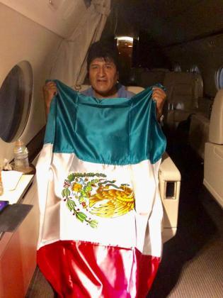 Morales posa con la tricolor ya abordo del avión que lo ha trasladado a México.