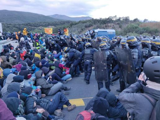 Desalojo de los manifestantes del Tsunami Democràtic que bloquean la frontera con Francia.