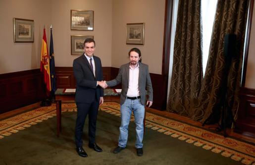 Pedro Sánchez y Pablo Iglesias tras firmar el preacuerdo de Gobierno de coalición.