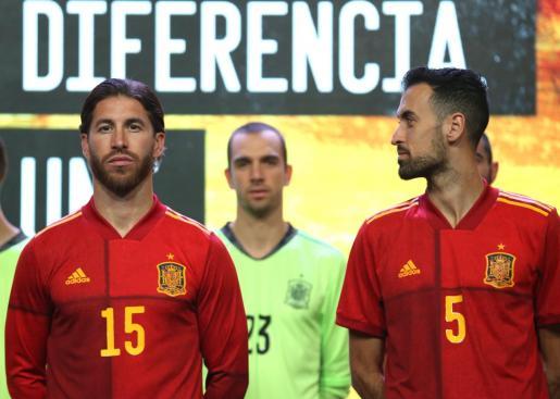 El capitán de la selección española de fútbol, Sergio Ramos junto a Sergio Busquets durante la presentación de la nueva camiseta con la que acudirán a la Eurocopa 2020.