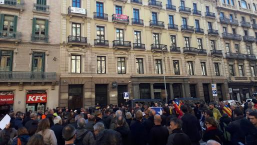 Unas 200 personas se concentran ante el consulado de Francia en Barcelona convocadas por los CDR.