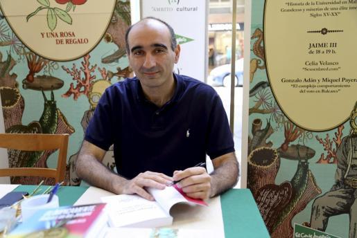 Fernando Fernández durante una sesión de firmas.