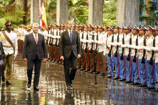 El rey de España, Felipe VI, y el presidente de Cuba, Miguel Díaz-Canel, en el Palacio de la Revolución, en La Habana.