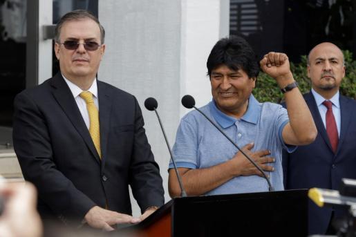 Evo Morales levantando el puño junto al Secretario de Relaciones Exteriores de México, Marcelo Ebrard.