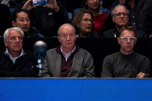 En las fotografías del partido se aprecia al rey Juan Carlos con una brecha en la parte frontal de cabeza cubierta por un antiséptico, y sentado junto al padre de Rafael Nadal, Sebastián (i).