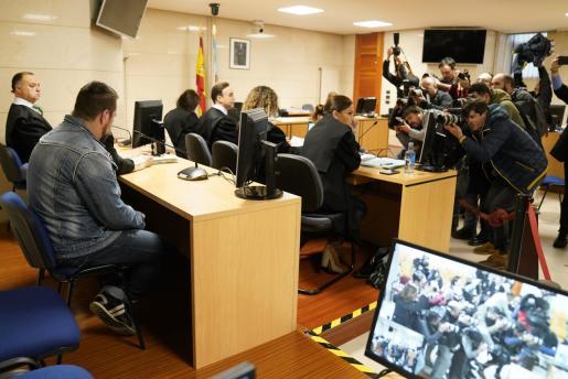 Miembros de la prensa toman fotos del acusado José Enrique Abuín.