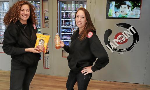 Ludmila y Natalia Monllor son dos hermanas, nacidas en Argentina, que emprendieron hace unos meses su nuevo negocio de máquinas expendedoras de alimentos asiáticos en Palma pese a algunas trabas y obstáculos.