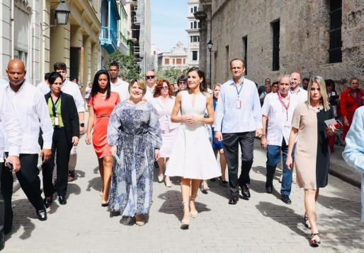 La reina Letizia entre turistas y curiosos por La Habana Vieja.