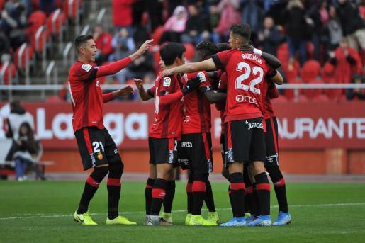 Los jugadores del Real Mallorca celebran el tercer tanto conseguido por Take Kubo frente al Villarreal en Son Moix.