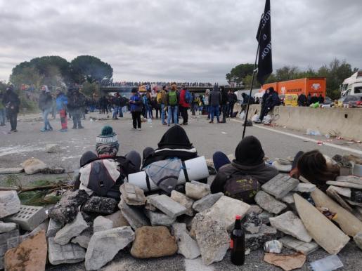 Barricadas en la AP-7 a la altura de Salt (Girona) en una protesta convocada por Tsunami Democràtic contra la sentencia del 1-O.