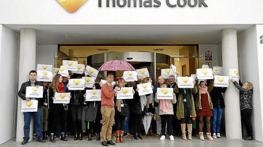Los trabajadores de Thomas Cook volvieron a concentrarse este miércoles a las puertas de la sede.