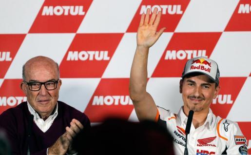 Jorge Lorenzo (en la imagen, junto al director ejecutivo de Dorna, Carmelo Ezpeleta) del equipo Repsol Honda, durante la rueda de prensa donde anunció su retirada.