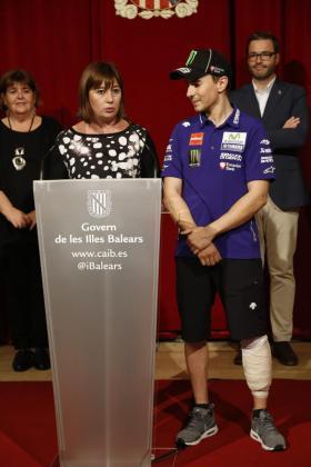 Francina Armengol y Jorge Lorenzo, durante la celebración del Mundial de 2015.