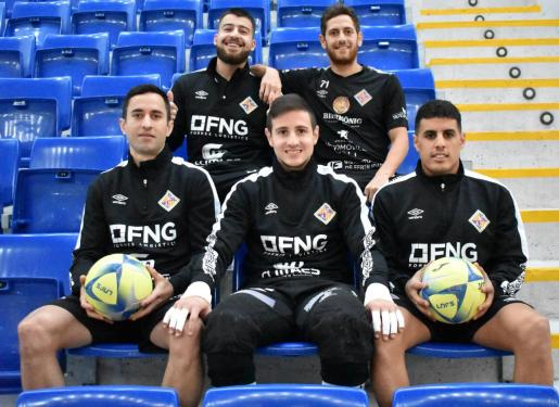 Los jugadores del Palma Futsal Catela, Rafa López -arriba-, Joao, Nico Sarmiento y Hamza -abajo- posan en las gradas de Son Moix.
