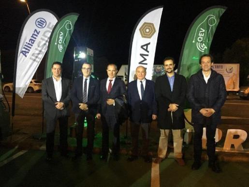 El conseller de Transición Energética y Sectores Productivos, Juan Pedro Yllanes, el conseller de Movilidad y Vivienda, Marc Pons, y el alcalde de Palma, José Hila, han participado este jueves en la inauguración de la primera electrolinera de Baleares.