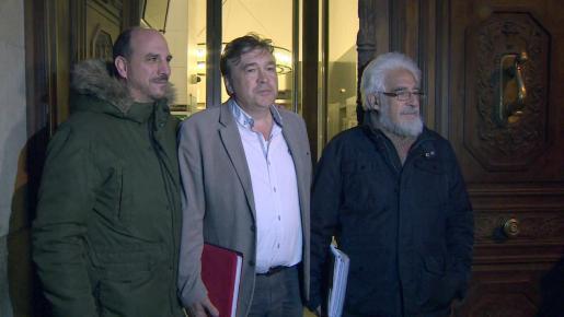 El diputado electo de Teruel Existe, Tomás Guitarte (c), atiende a los medios de comunicación antes de mantener una reunión para abordar la investidura con la portavoz parlamentaria del PSOE, Adriana Lastra.